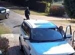 監視カメラが激写! 車強盗に近づかれたSUVの結末は!?