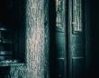 何故人は誰もいない場所で霊を見るのか?ストーン・テープ・セオリーと「地縛霊」の関連性