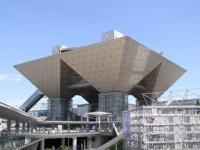 東京国際展示場(東京ビッグサイト)会議棟(「Wikipedia」より)