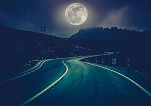 満月の晩はバイクの運転は要注意!(depositphotos.com)