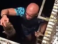 「今行く!しっかりつかまっとけよ!」水に落ちそうなセンザンコウを救助した男性