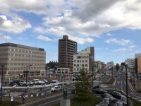 JR勝田駅前にある「テラス イン 勝田」(左の横長の建物=筆者撮影)