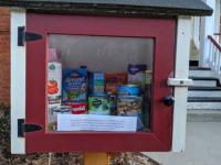 買占めで困っている人の為に「自由にお持ち帰りください」の食料棚が設置される(アメリカ)
