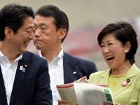 安倍首相と小池都知事(Natsuki Sakai/アフロ)