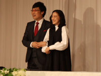 結婚会見で幸せいっぱいの笑顔を見せた(左より)山里亮太、蒼井優