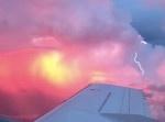 レアな光景! 飛行機から拝める「サンセットストーム」が神々しい!