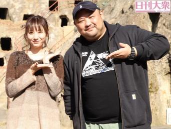 麻美ゆまと丸山ゴンザレス(右)