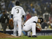 WBC準決勝での松田宣浩選手(左)と千賀滉大投手(右)(写真:AP/アフロ)