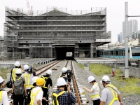 山手線「高輪ゲートウェイ駅」の工事現場(写真:読売新聞/アフロ)