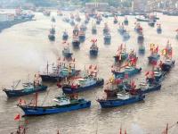 東シナ海に向けて出航する中国の漁船団(写真:Imaginechina/アフロ)
