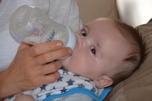 赤ちゃんにとって母乳と粉ミルク、どちらが良いのか?