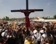 参加者の手足を本物の釘で打ち付け十字架にはりつけにするフィリピンの狂気の祭り「Philippine Crucifixion」