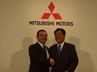 カルロス・ゴーン日産自動車社長(左)と益子修三菱自動車会長