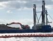 土砂を積んだ台船。土砂はショベルでダンプカーに積み替えられ、埋め立て予定地まで運ばれた