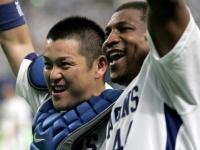 現役時代の谷繁元信氏(左)とタイロン・ウッズ選手(右)(写真:AP/アフロ)