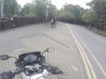 ひったくり現場に遭遇したバイク乗り!⇒ バイクで追いかけると思いきや…