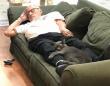 猫たちに大人気。毎日動物施設を訪れ、孤独を抱えた保護猫と一緒にお昼寝するボランティアのおじさん(アメリカ)