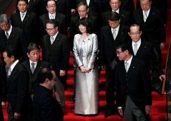 第4次安倍改造内閣が発足 首相官邸で記念撮影(写真:ロイター/アフロ)