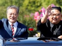 2018年9月18日、北朝鮮の平壌にて開催された南北首脳会談にて、パレード中に手を振る韓国の文在寅大統領と、北朝鮮の金正恩朝鮮労働党委員長(写真:代表撮影/ロイター/アフロ)