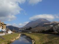 由布岳と由布院温泉の風景