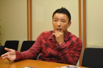 インタビューに応える山本太郎参議院議員