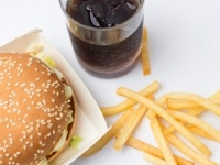 初デートでハンバーガー食べに行くのってあり? なし? 大学生の意見が激突!