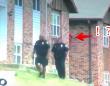 「犯人は赤いパーカーを着た男で警察は現在その行方を捜索中」...っておい!後ろ!!っていう(アメリカ)