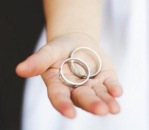 (0ページ目)婚約指輪の相場は?「給料3か月分」は時代遅れ ...
