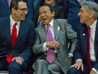 麻生太郎財務大臣(中央)(写真:AP/アフロ)