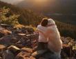 PTSDで不安に押しつぶされそうになっている飼い主にいち早く気が付いた犬、そっと寄り添いぎゅっと抱きしめる