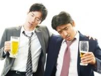 忘年会シーズンで酒量も増え気味!? (shutterstock.com)