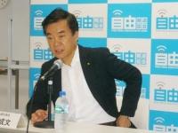 記者会見を行う希望の党の松沢成文代表