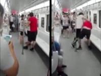地下鉄での大乱闘の様子