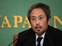 日本記者クラブで会見を行うジャーナリストの安田純平氏(写真:AFP/アフロ)