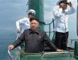 北朝鮮海軍の潜水艇に乗り込む金正恩氏