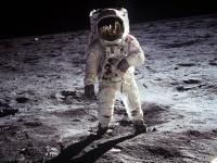 ※月に立つオルドリン。画像は「Wikipedia」より引用