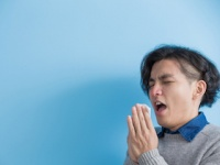 くしゃみの瞬間、鼻をつまんで口を閉じたら「喉の後部が破裂」して重体に……(depositphotos.com)