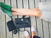 病気により左足の切断を余儀なくされた女性。切断された足の皮膚でハンドバッグを作りたいと思い立ち、革加工業者を募集中(イギリス)