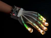 VR(仮想現実)なのに触った感覚が得られる!伸縮性のあるセンサーで手の繊細な動きを再現できるグローブ