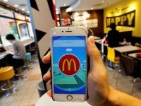 マクドナルド店内で表示されるポケモンGOの画面(ロイター/アフロ)