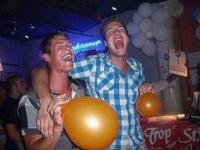 風船片手に笑気ガスを吸ってハイになっている外国の若者