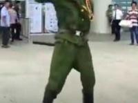 「パカヤロー」と叫びながら刀を振りかざす男性。中国では、ちょびヒゲは当時の日本人の軍人のイメージがあるらしい