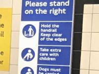 左側を空けるように促すパネル-ロンドンの地下鉄駅