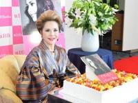 記者会見で自身の誕生日が祝われたデヴィ夫人