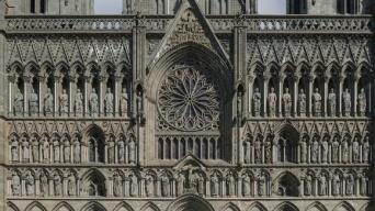 こいつ、動くぞ!一枚の建築写真から作られた、ノルウェー、ニーダロス大聖堂のうごめく聖人の彫刻アニメーション