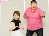 麻美ゆまと琴剣淳弥(右)