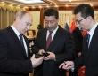 スマホをプレゼントするプーチン大統領