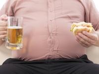 夕方から夜間の時間帯に「過食」に走りやすい傾向が(depositphotos.com)