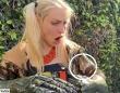 ハチドリさんはとんでもないところに上陸したようです。恐竜の手をつけた女性の胸にソフトランディング
