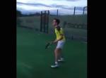 """なぜ標的に!? テニス中、まさかの""""◯◯""""に襲われる男!"""